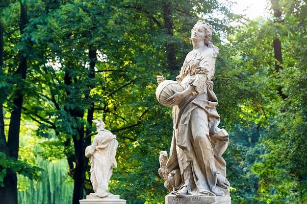 Sandsteinstatuen im sächsischen garten, warschau, polen, hergestellt vor 1745 von einem anonymen warschauer bildhauer unter der leitung von johann georg plersch.