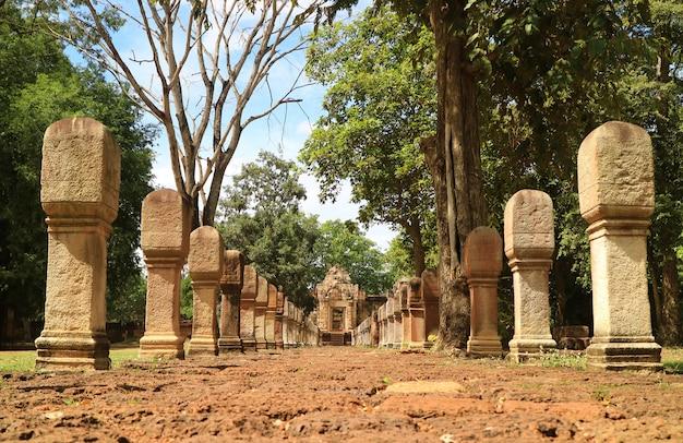 Sandsteinweg, der zum eingang des sdok kok thom khmer tempels in der provinz sa kaeo, thailand führt