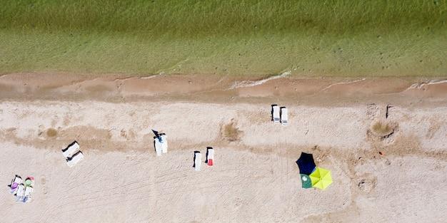 Sandstrand an der küste von oben sommerhintergrund