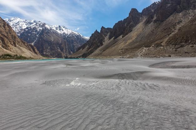 Sandstrand bergsee felsiges ufer
