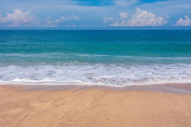 Sandstrand, blaues meer und himmel