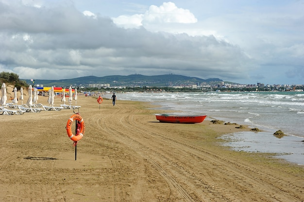 Sandstrand mit boot und einer rettungsleine in anapa