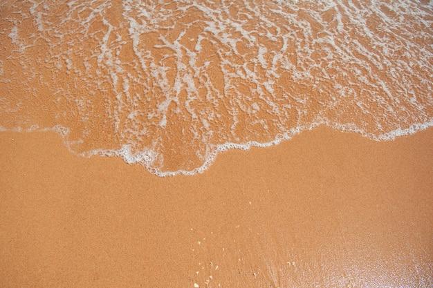 Sandstrand und eine welle des meeres
