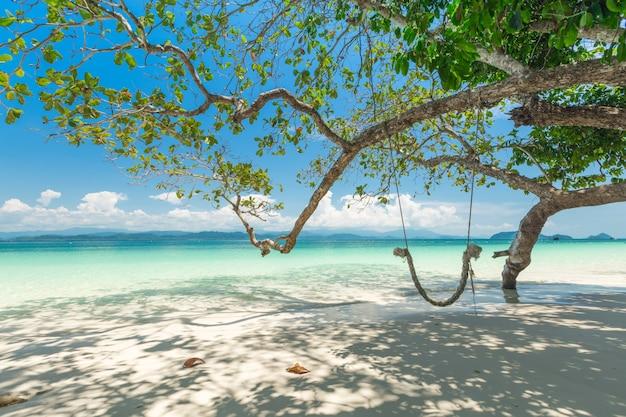 Sandstrand und long-tail-boot in khang khao island (bat island), der schönen see ranong province, thailand.