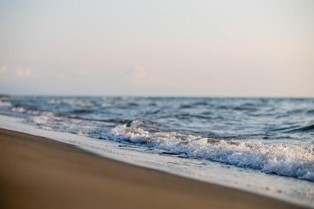 Sandstrand und meereswellen bei sonnenuntergang. georgia, magneti