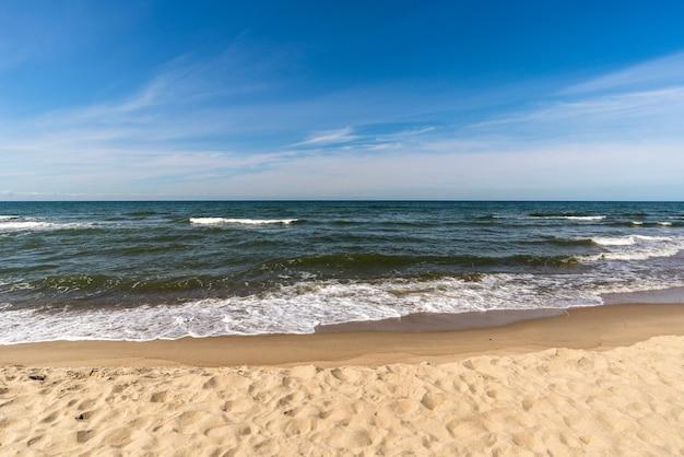 Sandstrand und tropisches meer an einem sonnigen tag, schöne seesommerlandschaft
