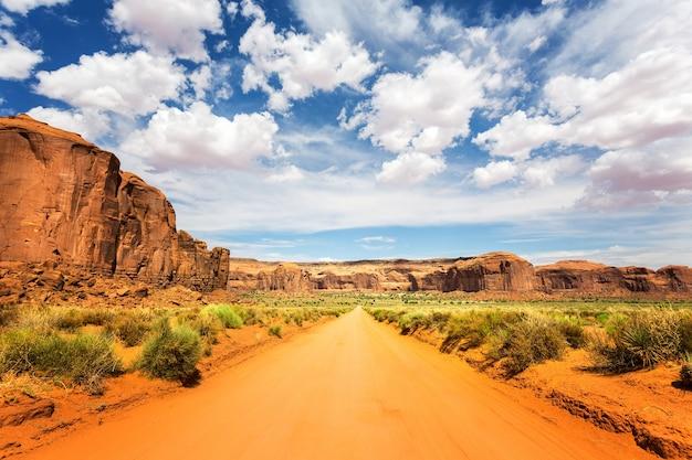 Sandstraße entlang roter sandsteine am monument valley