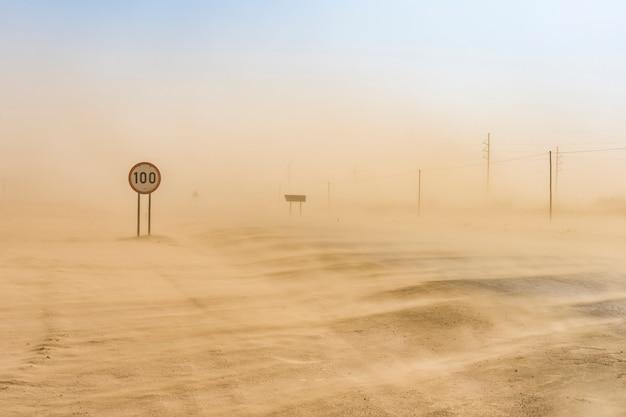Sandsturm auf der straße von swakopmund nach walvis bay in namibia in afrika.