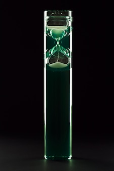 Sanduhr in modernem design mit farbiger flüssigkeit