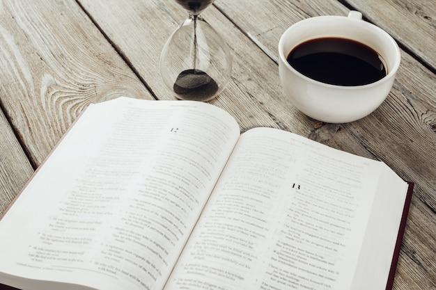 Sanduhr und offene bibel