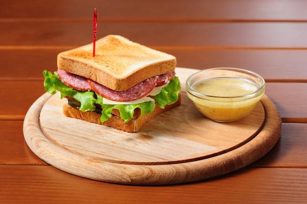 Sandvich mit käse, salami und salat