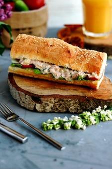 Sandwich auf dem schreibtisch mit orangensaft