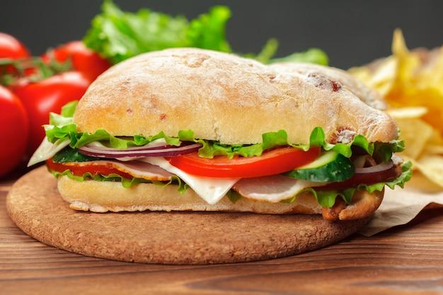 Sandwich auf einem holztisch