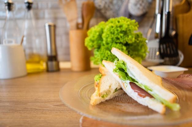 Sandwich auf einem teller nahaufnahme textfreiraum