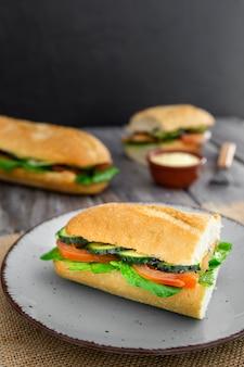 Sandwich auf teller mit tomaten- und gurkenscheiben