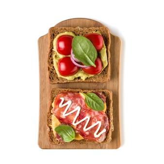 Sandwich canape oder crostini mit offenem gesicht auf einem hölzernen servierbrett
