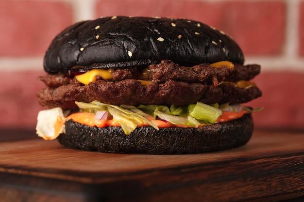 Sandwich. fast food. burger mit fleisch und gemüse. schwarzer burger.