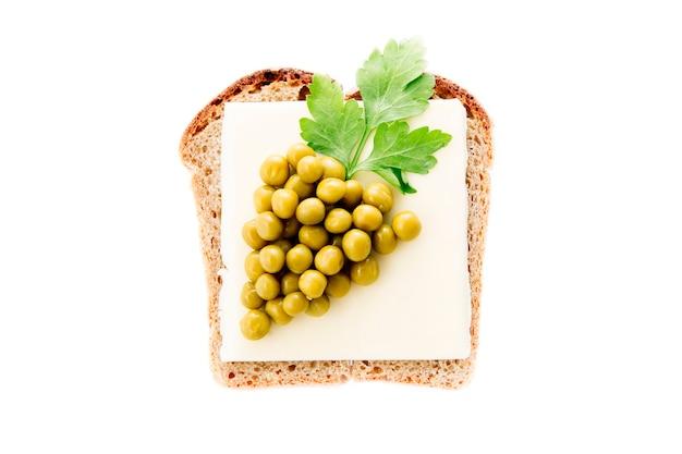 Sandwich für kinder mit käse und erbsen