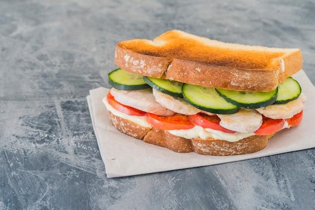 Sandwich huhn mit tomate und gurke