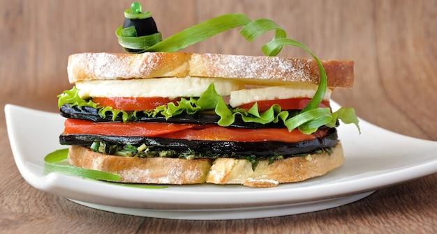 Sandwich mit auberginen, tomaten, paprika und käse
