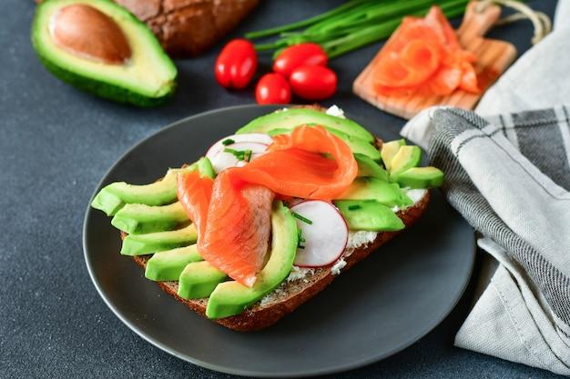 Sandwich mit avocado und lachs