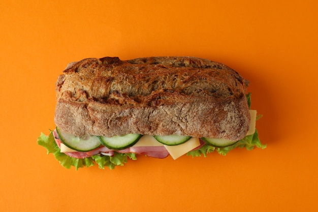 Sandwich mit ciabatta-brot auf orangem hintergrund