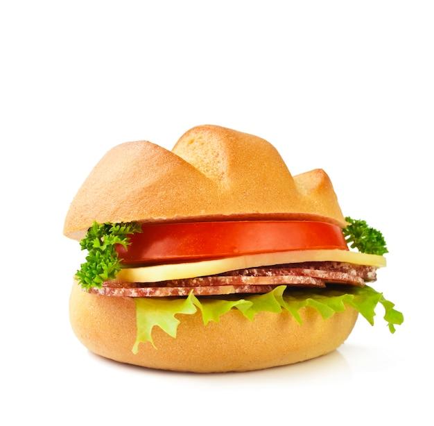 Sandwich mit fleisch, tomaten, käse und salat