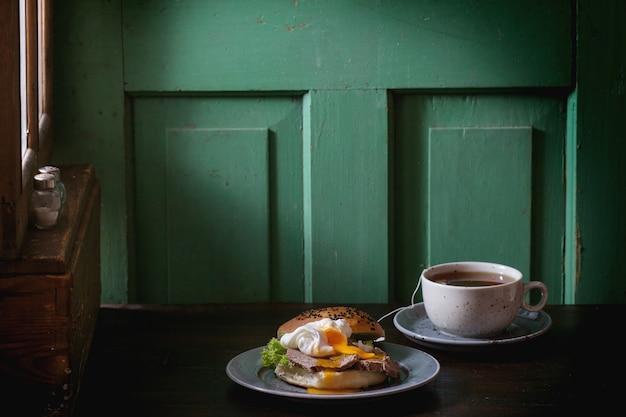 Sandwich mit fleisch und ei