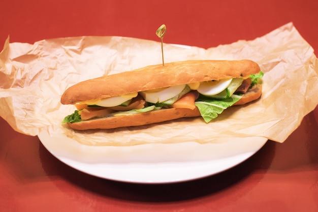 Sandwich mit fleischsalat gemüse salattomaten auf roggenbrot