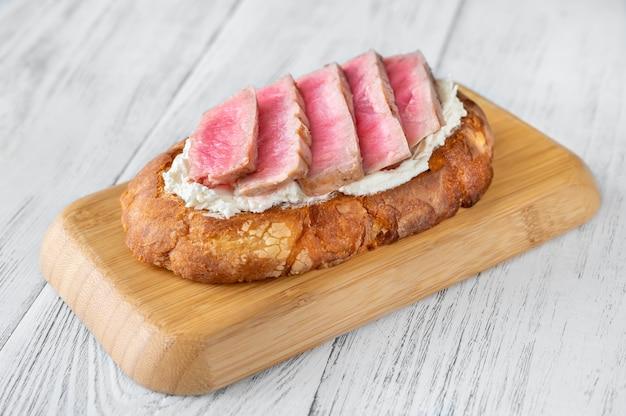 Sandwich mit frischkäse und gegrilltem thunfischsteak