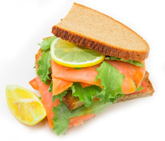 Sandwich mit geräuchertem lachs, salat und zitrone