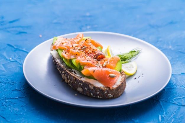 Sandwich mit geräuchertem lachs und gurke. konzept für eine gesunde ernährung.