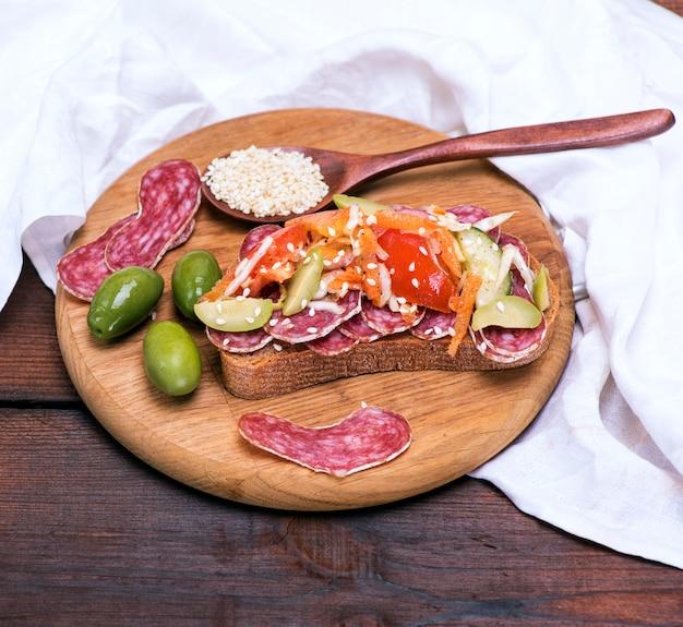 Sandwich mit geräuchertem wurstsalam