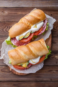Sandwich mit geräucherter wurst und gemüse
