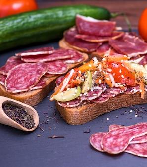 Sandwich mit geräucherter wurstsalami und -gemüse