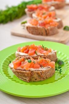 Sandwich mit gesalzenem lachs- und frischkäse
