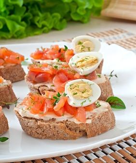 Sandwich mit gesalzenem lachs- und frischkäse.