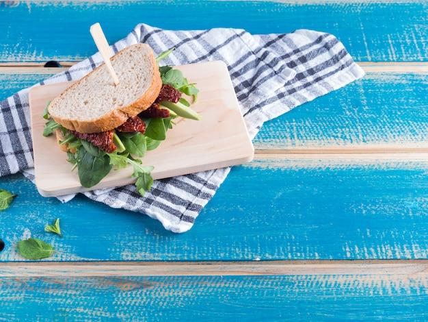 Sandwich mit grün auf holzbrett