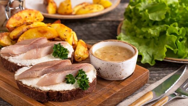 Sandwich mit heringsfilets und ofenkartoffel