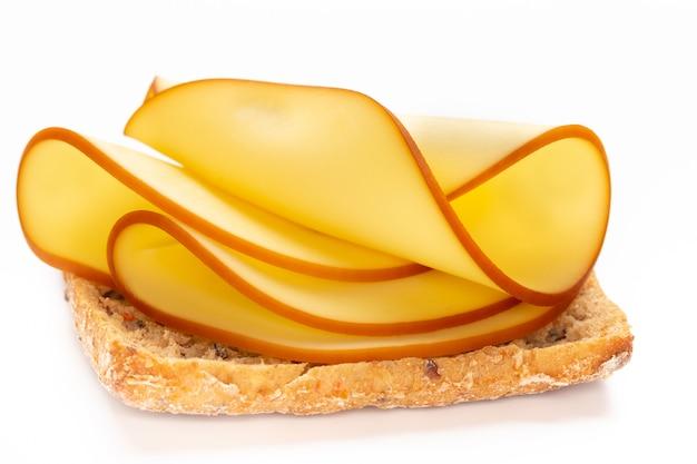 Sandwich mit käse auf weißem tisch.