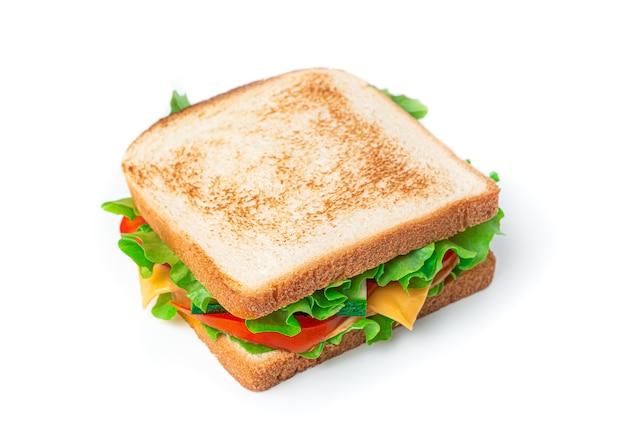 Sandwich mit käse, truthahn und frischem gemüse auf weißem hintergrund. seitenansicht, nahaufnahme.