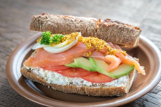 Sandwich mit lachs, avocado und eiern