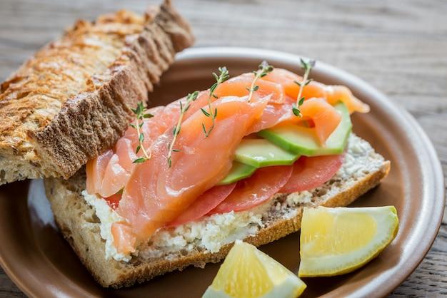 Sandwich mit lachs, avocado und tomaten