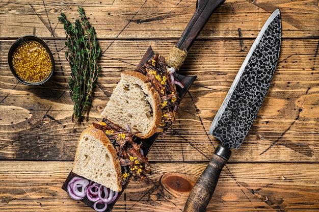 Sandwich mit langsam geräuchertem rinderbrustfleisch auf weißbrot