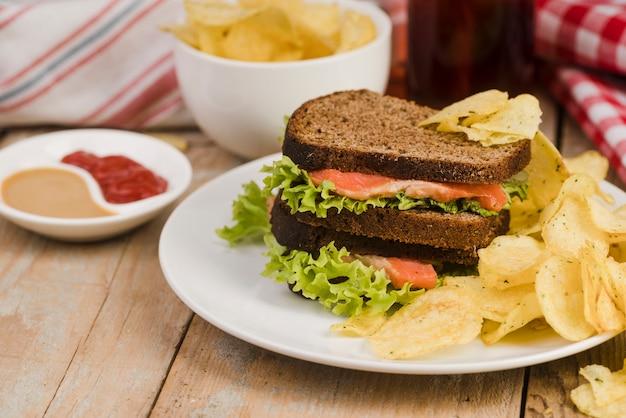 Sandwich mit pommes und natürlichem saft