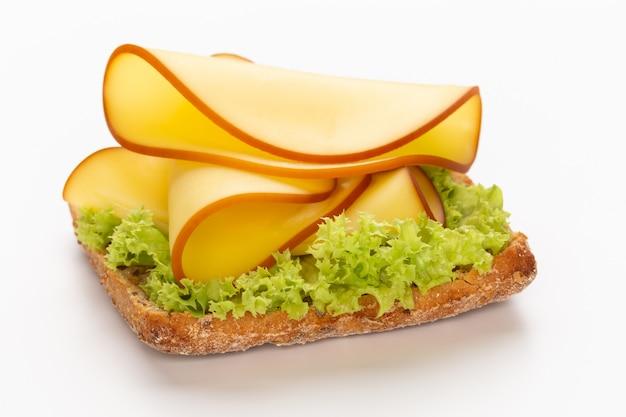 Sandwich mit salat, käse auf weiß.