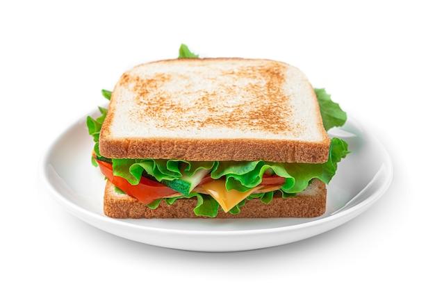 Sandwich mit schinken, käse, gemüse und salat in einem teller auf weißem hintergrund. seitenansicht.