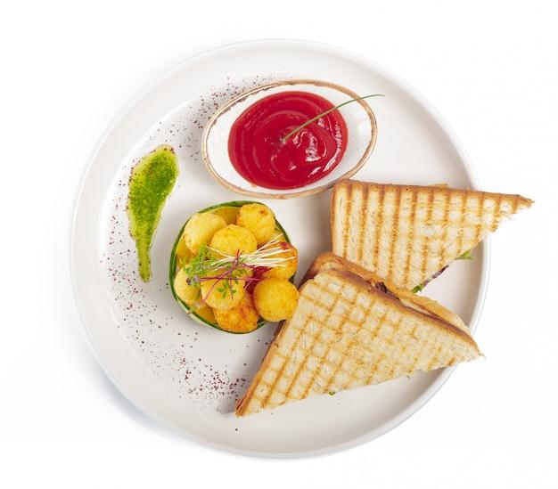 Sandwich mit schinken, käse, tomaten, salat und geröstetem brot. draufsicht lokalisiert auf weißem hintergrund.