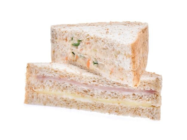 Sandwich mit schinken, thunfisch und gemüse auf weißem hintergrund