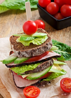 Sandwich mit schinken und frischem gemüse